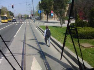 tramvaj-vozač-pešak-na-šinama1